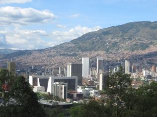 Vistas de la ciudad. Al fondo la colina que da al Parque Arví