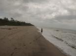 Recorriendo la exuberante playa