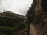 Por uno de los senderos puedes llegar hasta la enorme cascada situada enfrente del santuario.