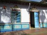Todas las fachadas están adornadas con zócalos tradicionales