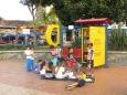 Punto de lectura e intercambio de libros gratuito. Los niños culturizándose en la plaza del pueblo! Fantástico ;)