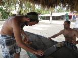El chico catalán explicándole a Juny sus trucos para abrir el coco