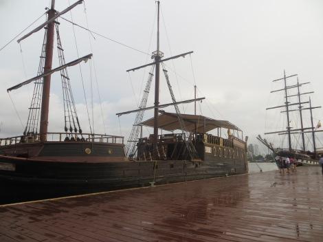 Precioso velero de madera en el Puerto de Cartagena de Indias