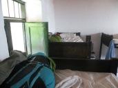 Y como el suelo estaba ocupado, nuestras mochilas durmieron con nosotros en las correspondientes literas de arriba.