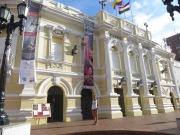 A las puertas del Teatro Municipal de Cali