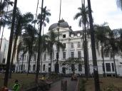 En la plaza se encuentran algunos edificos de arquitectura colonial como el Palacio Nacional.