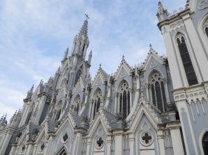 Destruída por un terremoto, su reconstrucción se inspiró en la catedral de Colonia (Alemania), de estilo gótico.