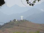 De unos 30 metros, es el hermano menor del Cristo Redentor de Brasil ;)
