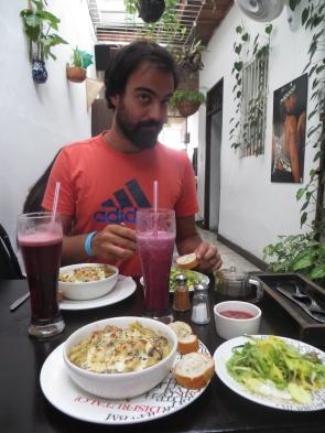 """Antes del free walking tour cogiendo fuerzas en el vegetariano más rico de la historia, """"El Buen Alimento"""". Comimos los 3 días que estuvimos en Cali"""
