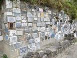A lo largo de la pared rocosa y hasta llegar al templo se observan la cantidad de placas de gratitud hacia la Virgen de las Lajas.