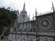 A medida que nos acercamos pudimos distinguir las tres torres, los ventanales, los preciosos rosetones, los pináculos,...