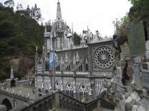Cientos de personas de Ecuador y Colombia llegan diariamente en peregrinación y adoración a la Virgen de las Lajas.