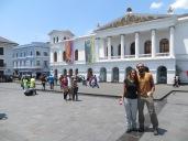 El guía, Ovidio, nos toma una foto en frente del Teatro Nacional Sucre.