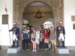Foto de familia a las puertas del Palacio de Carondelet