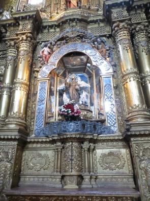 Ovidio nos contaba que las representaciones religiosas en Ecuador son mucho más viscerales. En algunos Cristos se ven los intestinos saliendo, la pintura roja que representa la sangre está mezclada con sangre real, etc.