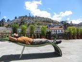 Estirando un poco la espalda con El Panecillo de fondo y la Virgen de Quito en su cima