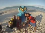 Vamos a pedirle al pollo azul que se haga una foto con nosotros...
