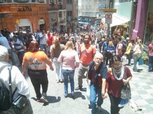 De camino al Mercado Municipal, en la calle 25 de Março. Qué de gente y eso que aún estábamos en noviembre!