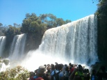 Menos mal que estos ingenieros lo calcularon bien ;) La de gente que habia! Aunque no me extraña, viendo estos maravillosos chorros de agua en caída libre... Seguimos subiendo!