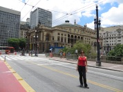 Aprovechando que la calle estaba cortada para un rodaje, la artista principal posa frente al Teatro Municipal ;)
