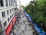 Calle 25 de Marzo. Según la guía se estima que un millón de personas pasan cada día por esta calle en época navideña O_O