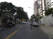"""Saliendo del Aki Hostel y de camino al metro, una subida de 500m empinadísima como ella sola, que ayuda a bajar los """"salgados"""" del día a día :p"""