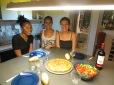 Katia, Mónica y Patricia dispuesta a inagurar la cena: ensalada y tortilla de patatas! Qué ricoooo :D