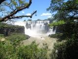 Ya empezamos a acercarnos! Fijaros en lanchas, como se metían hasta prácticamente la zona de caída de la cascada...