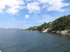 En las orillas al lago había cada mansión