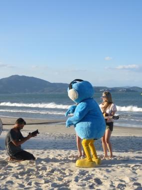"""Mónica: -Ya has visto al pollo azul con la tabla de surf en la playa?"""" Juny: -No, la verdad es que NO he visto NINGÚN pollo azul con una tabla de surf..."""""""