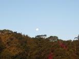 La luna aparece mientras el sol se esconde