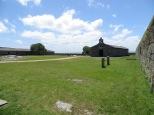 Dentro de la fortaleza, había distintos edicifios destinados a capilla, cuarto de banderas, cuerpo de guardia, cuadras, el polvorín y los calabozos.