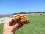 Disfrutando de las empanadas de mejillones que habíamos comprado en Punta del Diablo