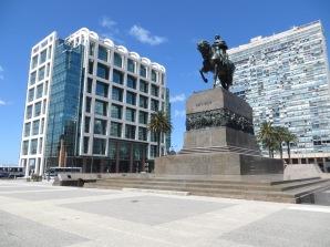 A la izq. el Palacio de Justicia donde el presidente tiene su despacho