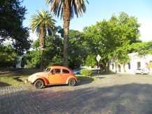 La plaza del pueblo y este magnífico coche!