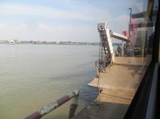 Embarcando con el bus en un barco para cruzar el río! Que digo yo que quizá con un puente... XDDD