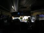 Aquí estamos en dentro de un bus encima de un barco, caminito de Vietnam