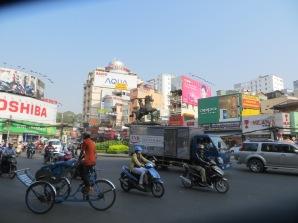 """Estatua del pequeño Thánh Gióng. Nótese que no hay un sentido """"obligatorio"""" en la rotonda O_o El ciclo (2+1 ruedas) es uno de los transportes comunes para turistas por el centro de la ciudad."""