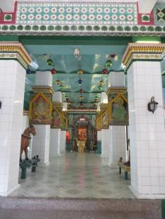 En uno de los dos templos hindúes de la ciudad. Dicen que se parece a los de la India... quizá lo podamos comprobar en un futuro próximo :p