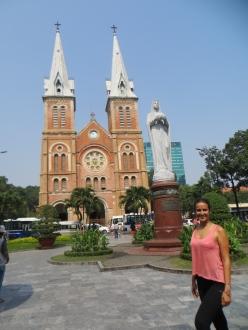 Mónica frente a la Basílica Notre-Dame Saigon, construida a finales del s.XIX en tiempos de la colonia francesa.