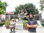 Monumento frente a la embajada camboyana. Última parada del free walking tour. Thanks Adam!