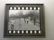 """Una de las fotos más vistas de la guerra del Vietnam. Esta niña posteriormente escribió un libro """"The Girl from the Picture"""", que junto a """"Sorrows of War"""" son de los libros más recomendados para ilustrar esta guerra..."""