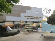 """Entrada al museo, una colección de pequeños aviones de combate y tanques """"dan la benvenida"""""""