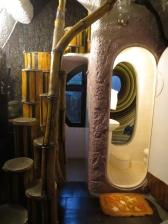 Como me gustan el baño y la escalera molona de este duplex!