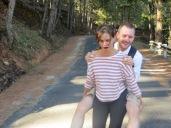 La bajada fue muy divertida. Al llegar a la zona asfaltada fuimos corriendo, saltando y hasta Lucy se atrevió a subir a su espalda a Harvey mientras iba a toda velocidad, una máquina la chica!