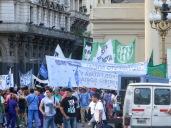 La Plaza de Mayo es el lugar donde suelen terminar todas las manifestaciones, pudiendo coincidir varias de ellas en la misma tarde.