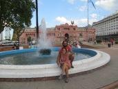 Los Junys frente a la casa Rosada, sede de la Presidenta Kirchner