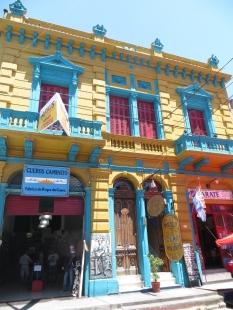 Fachadas de colores vivos características de las calles de Caminito
