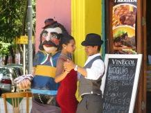 Una pareja bailando tango por aquí!