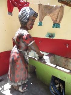 ... en el que esta mujer lavaba la ropa en un fregadero...